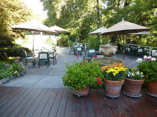 Jack London Lodge: Patio area where you eat breakfast. Can be chilly in the morning.