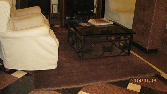 Copacabana Rio Hotel : Reception area carpet worn out
