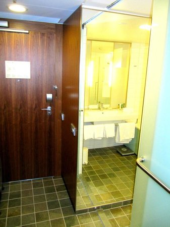 Hilton Helsinki Airport: Main door/bathroom