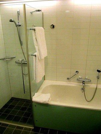 Hilton Helsinki Airport : Shower/bath tub