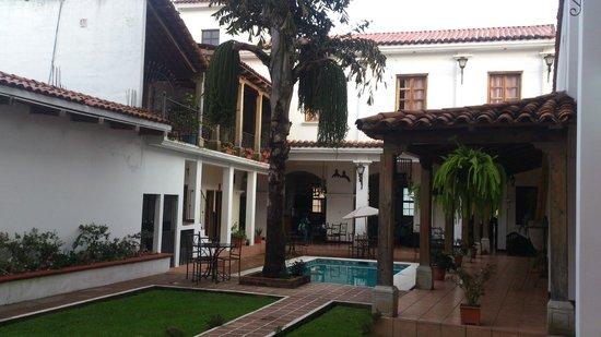 Jalapa, Guatemala: Hotel courtyard with pool