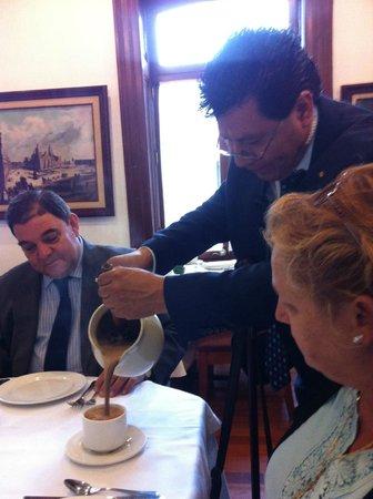 Restaurante El Cardenal: Chocolate batido al momento