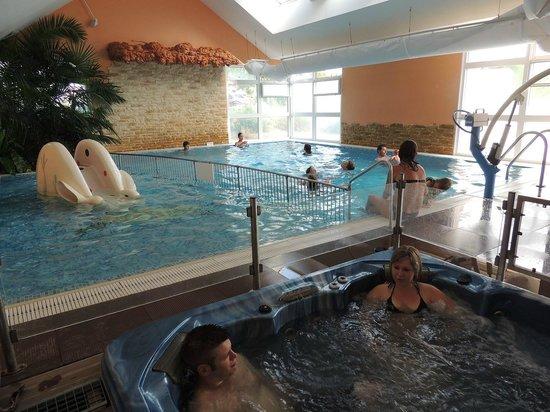 Camping L'Arada parc: piscine intérieure bain à bulles