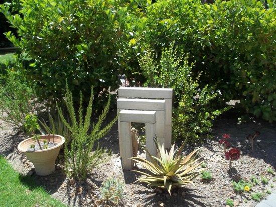 Cape Khamai Guest House: Gartendeko