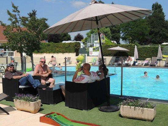 Camping L'Arada parc: carré vip bar avec terrasse