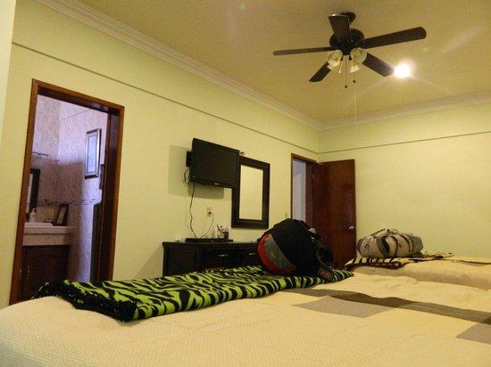 Hotel Oasis: Baño muy cómodo y ventilado