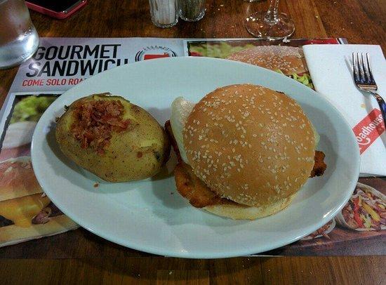 Roadhouse Grill: Chicken deluxe con patata bollita e bacon sopra