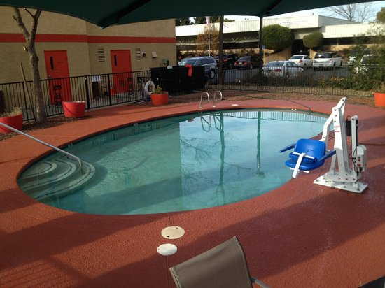 Econo Lodge Inn & Suites: Come on in for a swim.