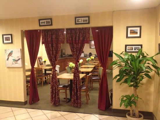 Econo Lodge Inn & Suites: Our attractive dining area.