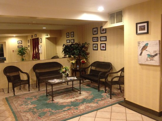 Econo Lodge Inn & Suites: Lobby for visitors.