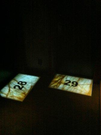 Buddha-Bar Hotel Prague : numeros des chambres en dalles de marbres retro éclairées