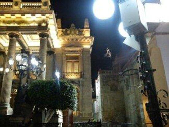 Hotel Balcon del Cielo: Teatro Juarez, a metros de la bajada del funicular (pipila al fondo)