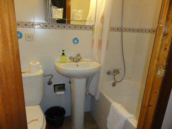 Hostal Oporto: baño completo
