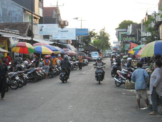 The Phoenix Hotel Yogyakarta - MGallery Collection: rue à côté de l'hôtel