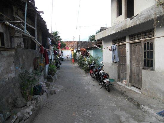 The Phoenix Hotel Yogyakarta - MGallery Collection: Ruelle à côté de l'hôtel