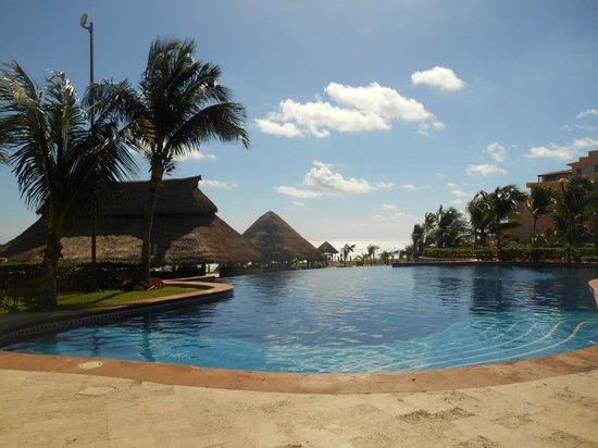Fiesta Americana Condesa Cancun All Inclusive: The pool area