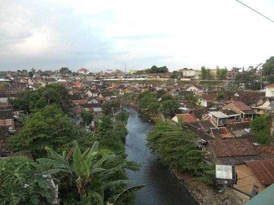 The Phoenix Hotel Yogyakarta - MGallery Collection: vue du pont à côté de l'hôtel