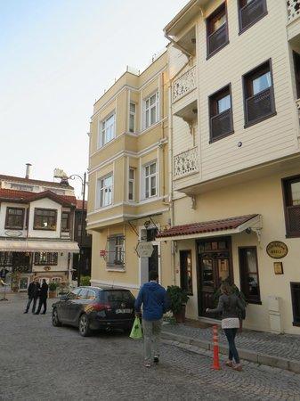 Hotel Sari Konak : Street view of the hotel
