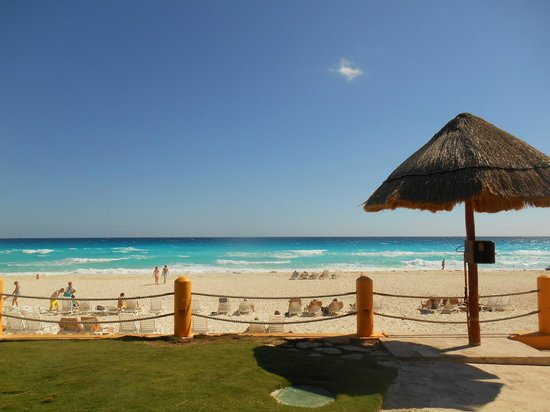 Fiesta Americana Condesa Cancun All Inclusive: The view from the resort over looking the beach front.