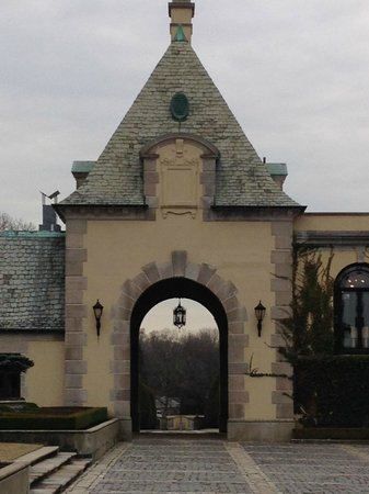 Oheka Castle: Drive through arch