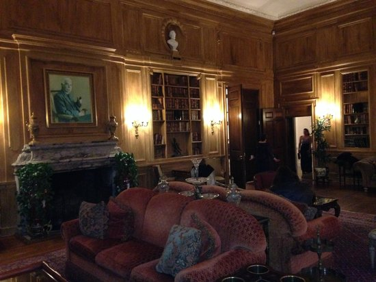 OHEKA CASTLE Hotel & Estate: The library where you can actually sit and hang out
