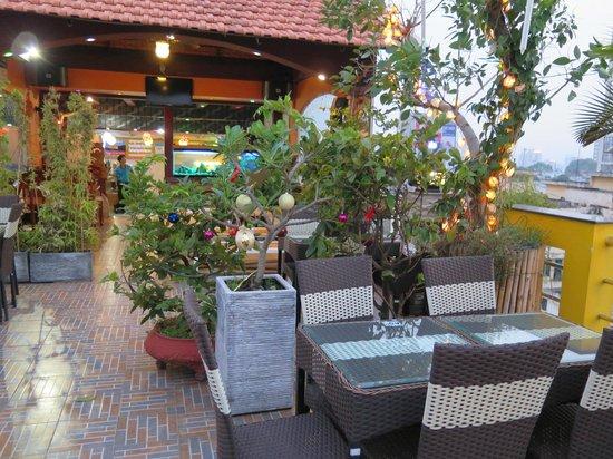 Duc Vuong Hotel : rooftop bar