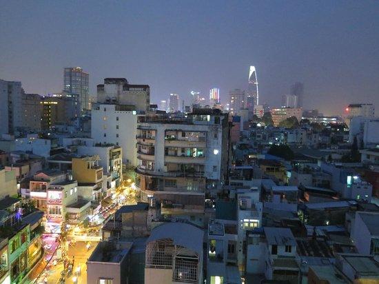 Duc Vuong Hotel : rooftop bar view over saigon