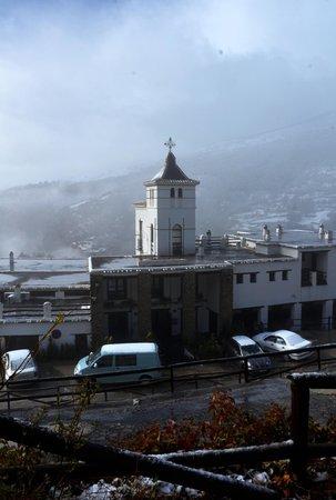 Alcazaba de Busquistar: Frente del hotel de aparcamiento