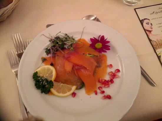Agriturismo Rini: Lamelle di salmone con insalatina di songino e agrumi