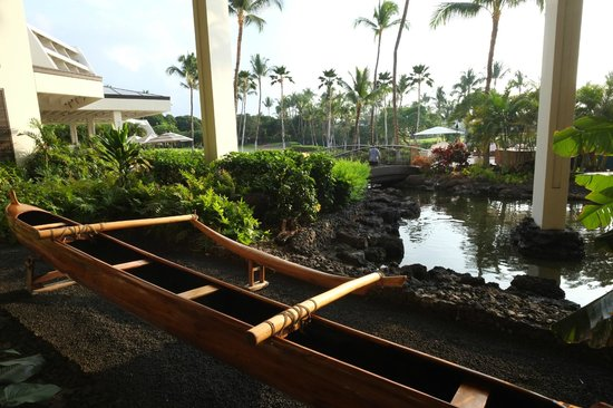 Mauna Lani Bay Hotel & Bungalows: looking out from lobby