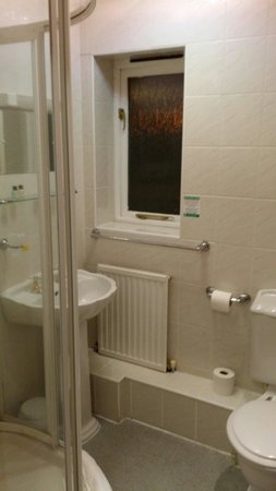 The Halfway House Inn Country Lodge: Excellent shower room with nice fluffy towels