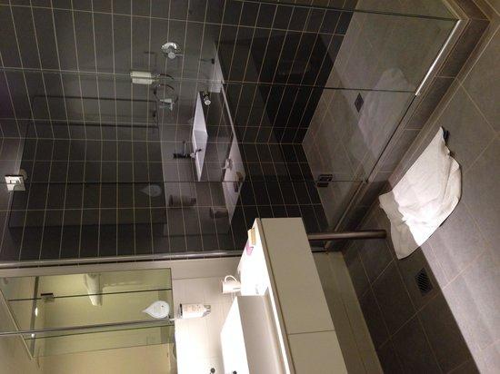 Citadines on Bourke Melbourne : Spacious shower