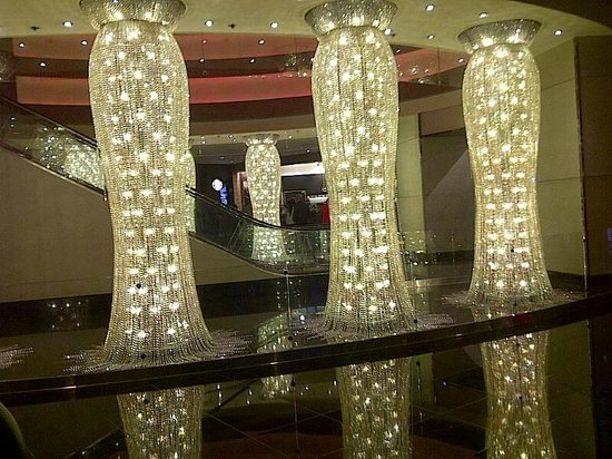 Planet Hollywood Resort & Casino: Chandeliers beside the hotel check in!