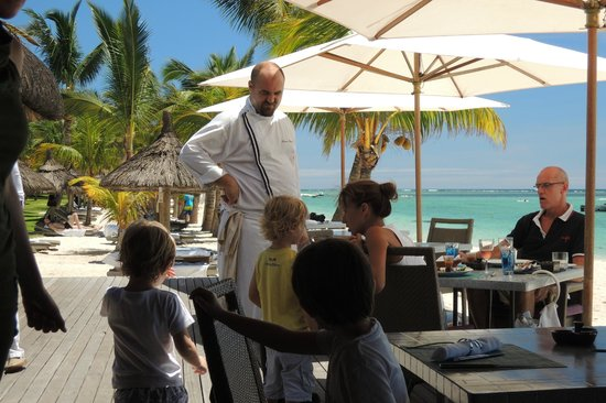 """LUX Le Morne : Chef Bastien et des clients au """"Beach"""""""