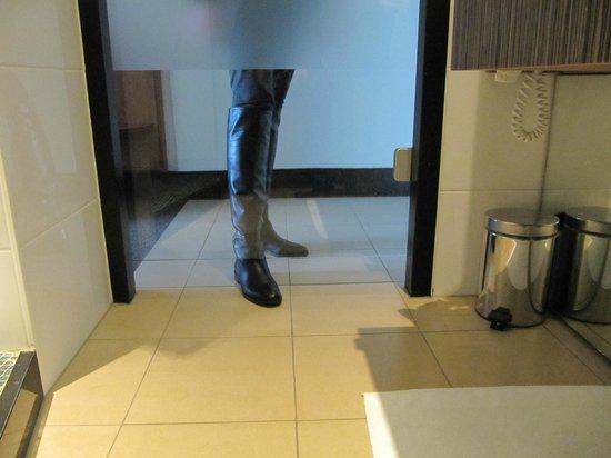 Carlton Beach : bath room door, i.e. no privacy