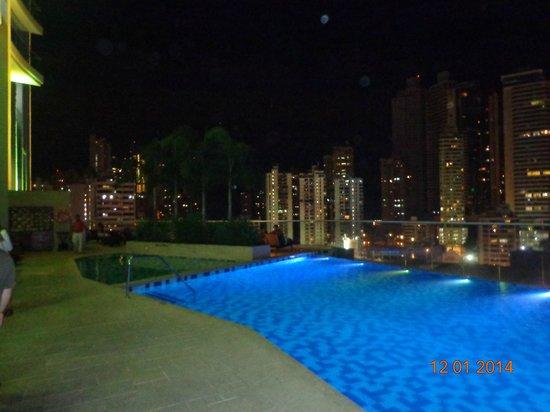 Hard Rock Hotel Panama Megapolis: Vista de la pileta por la noche.