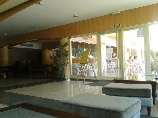Ola Club Bermudas : Zona de recepción, puerta a la piscina.