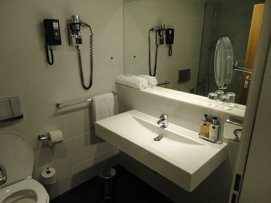 Wyndham Stuttgart Airport Messe: Spacious bathroom