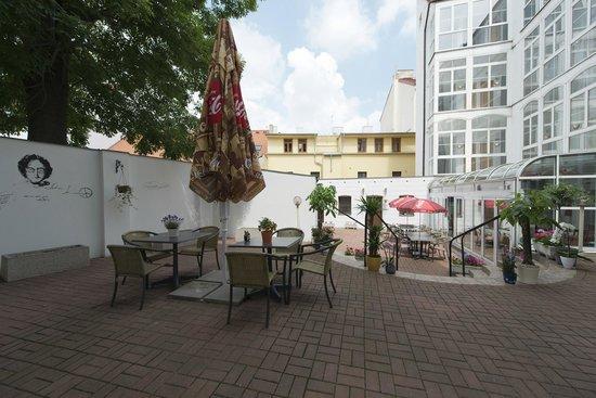 Euro Wings Hotel: Garden Bar