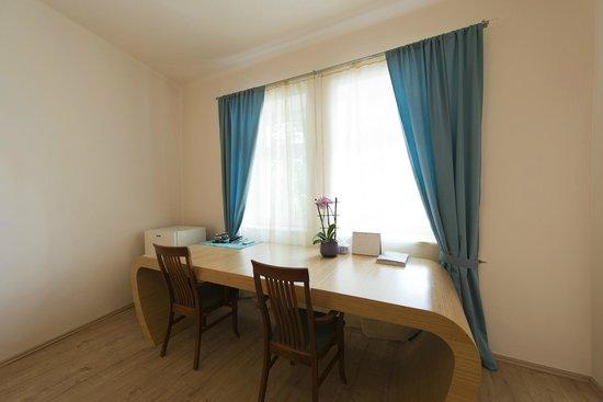 Euro Wings Hotel : Room Desk - Deluxe Room