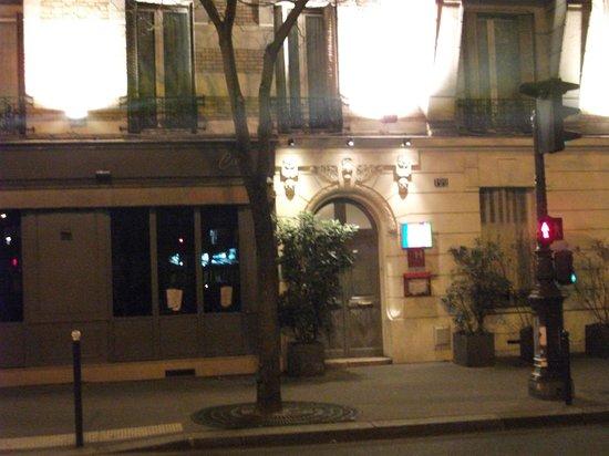Hotel Tolbiac : Entrrée de l'hôtel Tolbiac jouxtant un bistrot