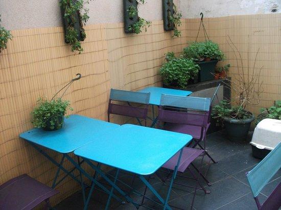 Hotel Tolbiac : Cour au Rez de Chaussée, coin fumeur pour le petit déjeuner