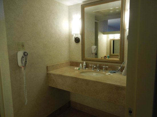 Phoenix Marriott Tempe at The Buttes: nice size bathroom