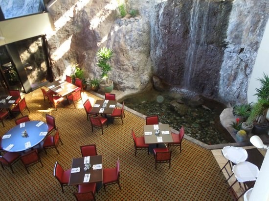 Phoenix Marriott Tempe at The Buttes : Waterfall in one of the dining rooms
