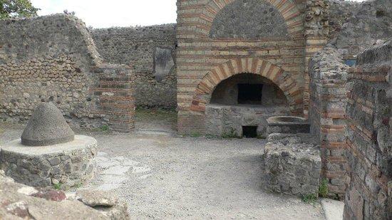 Pompeji: Mühlstein und Ofen in der Bäckerei