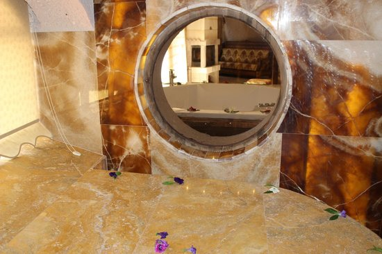 Gamirasu Cave Hotel: A mirror in thr room