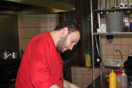 Restaurant de la Tour: Béranger en cuisine : concentré !