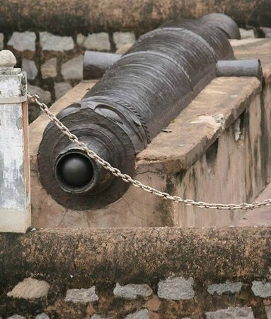 Jhansi, India: The 'Kadak Bijli' cannon at the entrance, was originally on the boundary, relocated post damage.