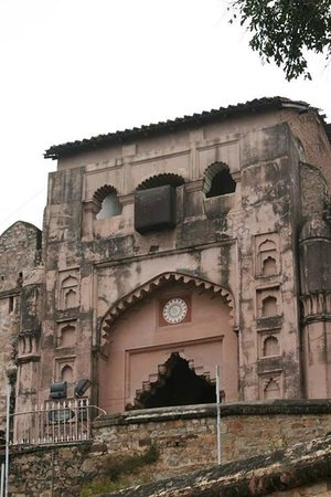 Jhansi Fort: The main entrance... notice the box kinda thing on the top... british add on to fight enemy...