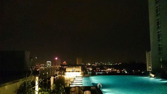 Hatten Hotel Melaka: pool at night